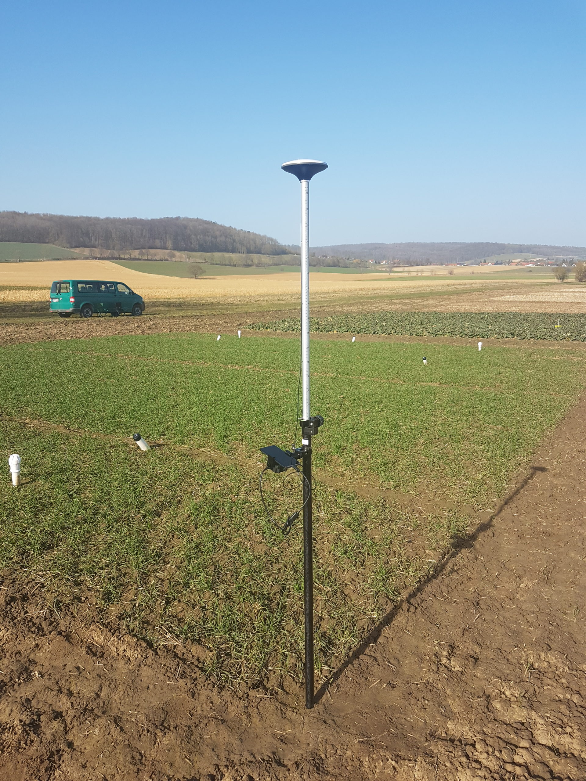 Der low cost RTK Messstab ermittelt die Entfernung der umliegenden Satelliten für eine zuverlässige Positionierung von wenigen Zentimetern.